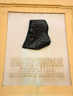 Eine der zahlreichen Gedenktafeln und Momumente für Nikola Tesla, einer der berühmtesten Söhne des Landes.