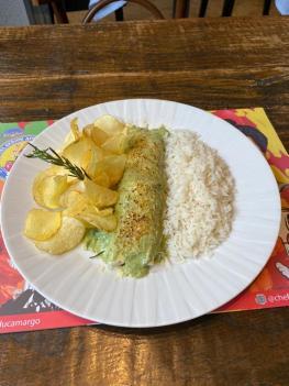 PF Digital - Panqueca com molho de carne moida, gratinada com creme de espinafre, arroz branco e batata chips