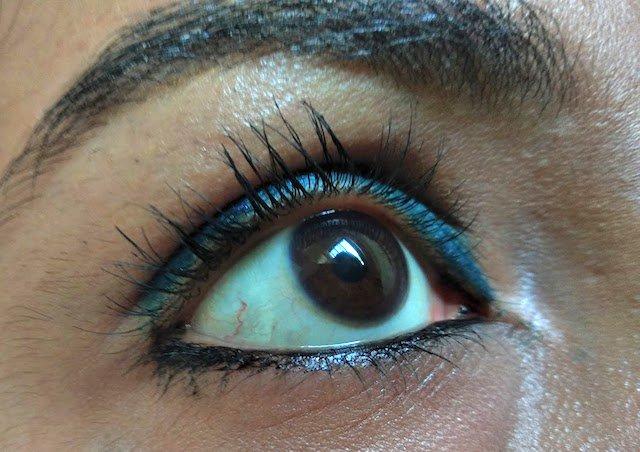 Essence The False Lashes Mascara Dramatic Volume Unlimited eye swatch