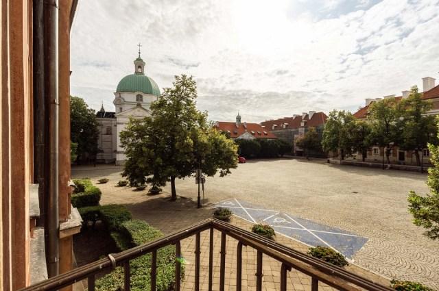 Widok z balkonu fotografowanej kawalerki na rynek Nowego Miasta w Warszawie
