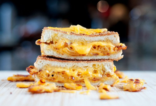 Mac & Cheese Grilled Cheese | bsinthekitchen.com #grilledcheese #macaroni #bsinthekitchen