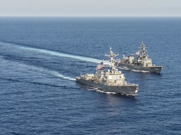 Arleigh Burke-class guided-missile destroyer USS Mustin (DDG 89) transits in formation with Japan Maritime Self-Defense Force ship JS Kirisame (DD 104) during bilateral training in South China Sea. Photo: Reuters