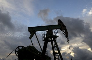 An oil pump of Cuba's state-run CUPET is pictured near the coast in Mayabeque province, Cuba, October 15, 2015. Low commodity prices, a drought at home and Venezuela's economic crisis have created a cash shortage for Cuba's Communist government, restricting its ability to trade just as it could be taking advantage of an economic opening with the United States. Picture taken October 15, 2015.  REUTERS/Enrique de la Osa - RTS4RFJ