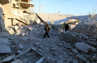 Residents inspect damage after airstrikes by pro-Syrian government forces in Anadan city, about 10 kilometers away from the towns of Nubul and Zahraa, Northern Aleppo countryside, Syria February 3, 2016. © Abdalrhman Ismail / Reuters