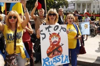 Anti-Russia demonstrators gather outside the White House while Ukraine President Petro Poroshenko meets with U.S. President Barack Obama in Washington © Kevin Lamarque / Reuters
