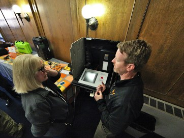 Larime Wilson, Monroe County's absentee voting lead, talks to Microvote's Mike Yaggi. (Dave Askins/Beacon)