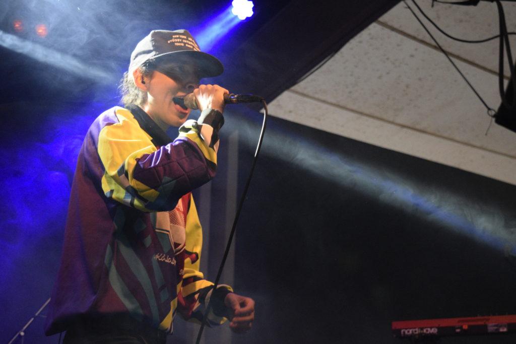 Foto di Leila Gharib aka Sequoyah Tiger sul palco mentre canta