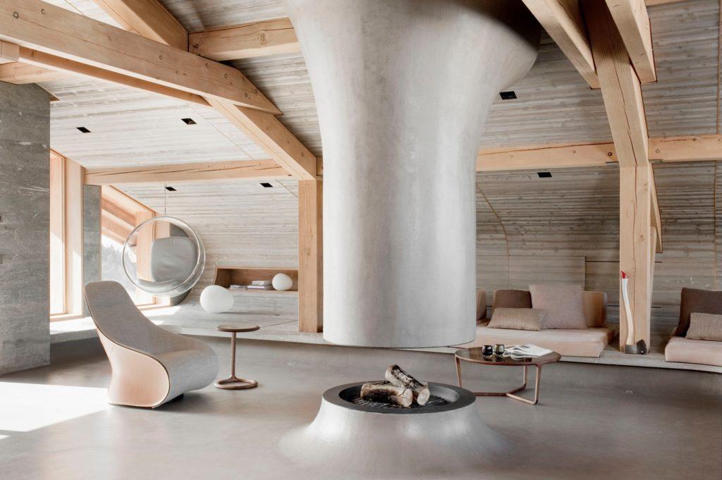 Le Chalet Berranger de Noé Duchaufour Lawrance présente un foyer au bois spectaculaire, placé au centre