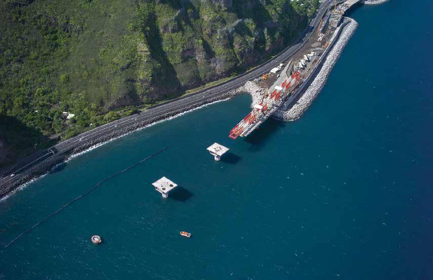 Implanté en pleine mer, le viaduc est à l'abri des éboulements rocheux qui menacent la route actuelle.