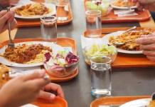 Spaghetti Eten Kantine Voeding Dienbladen Glazen Water Handen