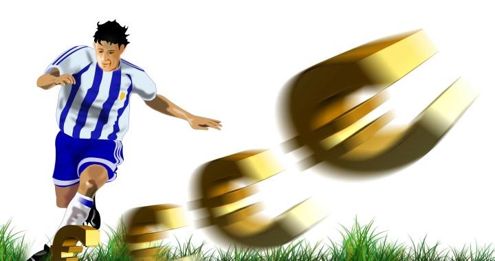 voetbal en geld voetballer op grasveld met euro tekens
