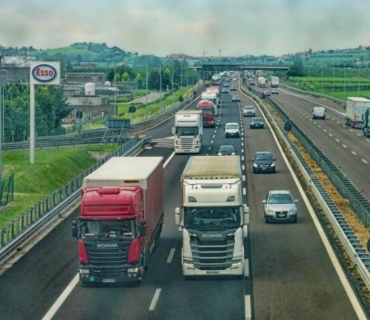 vrachtwagens op de snelweg van Scania