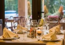restaurant met net gedekte tafel met wijnglazen en gevouwen servetten