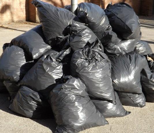 vuilnis afval stapel grijze vuilniszakken op straat