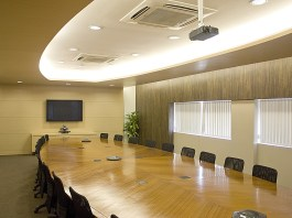 directiekamer bestuur raad van commissarissen conferentie grote tafel met stoelen eromheen