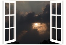 kunststof kozijn met uitzicht op de maan achter wolk