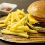 Cafetaria snackbar patat met hamburger