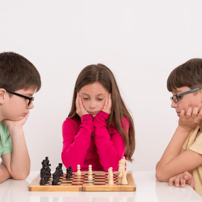 Denksport schaken schakende kinderen