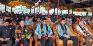 Bupati Aceh Barat Ramli MS, (kiri kemeja biru) Plt. Gubernur Aceh Nova Iriansyah (kanan kemeja biru)