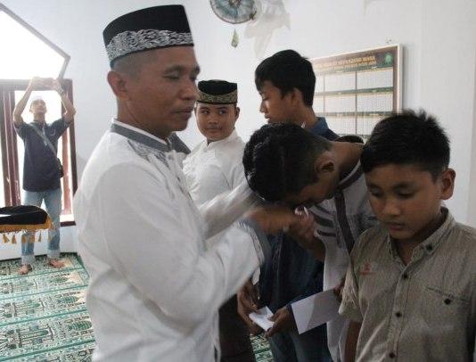 Kapolres Aceh Jaya AKBP Eko Purwanto saat memberikan uang santunan kepada anak yatim
