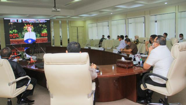 Bupati Muba- saa mendengarkan arahan Presiden Republik Indonesia Joko Widodo secara virtual kepada seluruh kepala daerah, Rabu (28/4/2021).