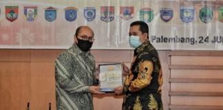 #Bupati Banyuasin H Askolani SH MH# menerima. Penghargaan#WTP# dari Kepala #BPK Perwakilan Sumatera Selatan # Harry Purwaka (kiri)