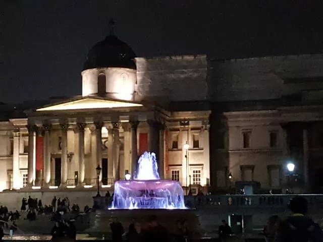 trafalgar-square-water-fountain-at-night
