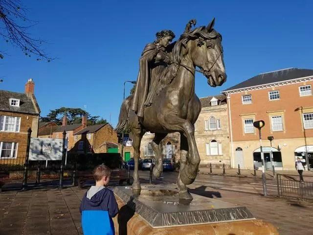 fine lady statue in Banbury