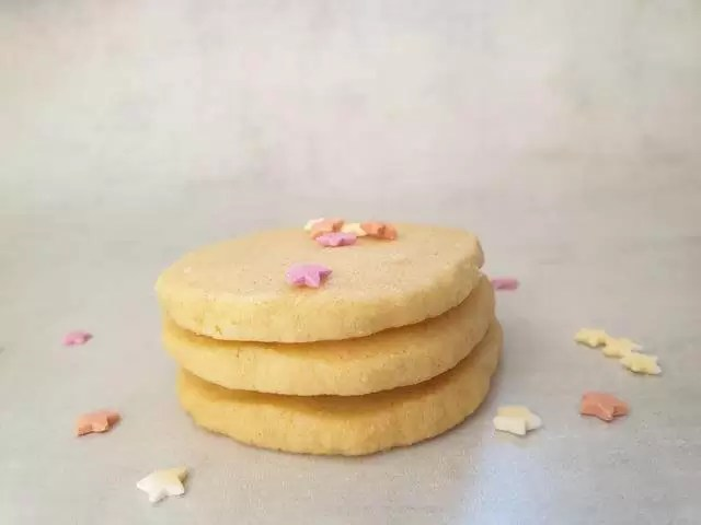 4 butter cookies in pile