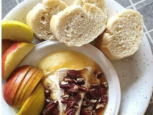 baked brie recipe with apples maple syrup & pecans