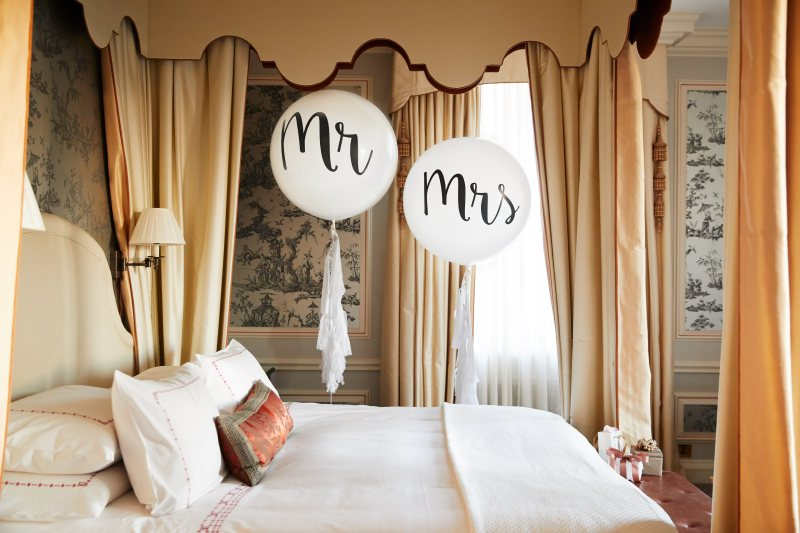 The Dorchester-Weddings-Mr and Mrs balloons-medres