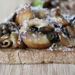Crostini met gemengde paddestoelen en truffelolie