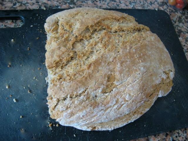 weganski chleb czarownicy Marii Bucardi bez rodzynek, owalany w mace przed pieczeniem