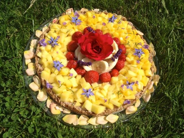 Zapraszam na kwalek kwiatowego weganskiego surowego tortu urodzinowego