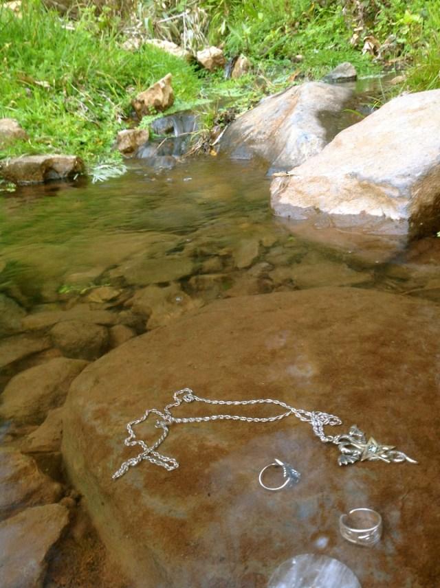 Standardowe oczyszczanie talizmanow i üpierscieni w potoklu Wawozu Jastrzebi
