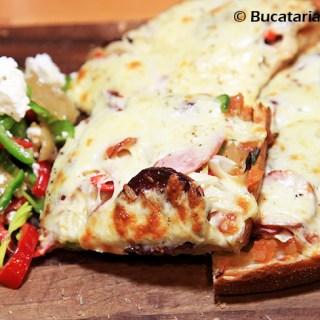 """""""Pizza paine"""" cu trei feluri de salam si salata de ardei."""