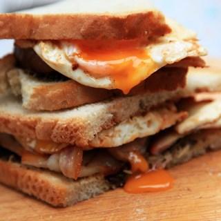 Sandwich cu bacon si ou. Adevarata traditie…englezeasca.
