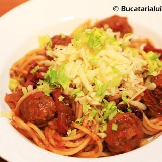 spaghette cu carnati reteta