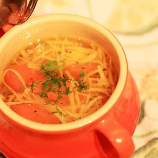 Supa de gaina organica cu taietei de casa.