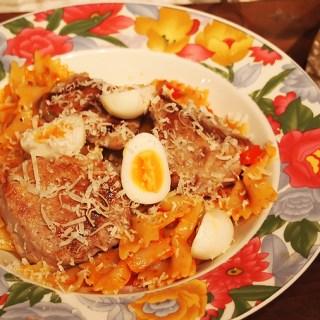 Paste cu pesto, file porc la grill si oua de prepelita.