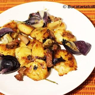 Cartofi copti diferiti cu bacon si ierburi aromate.