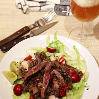 Steak de vita cu salata verde. Muschi de vita prajit.
