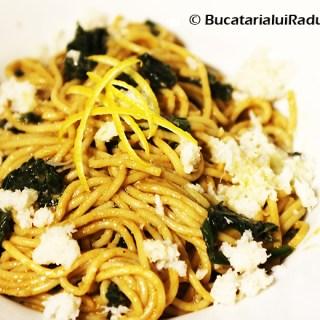 Spaghete cu sos de creveti si ciuperci de padure, spanac si crab.
