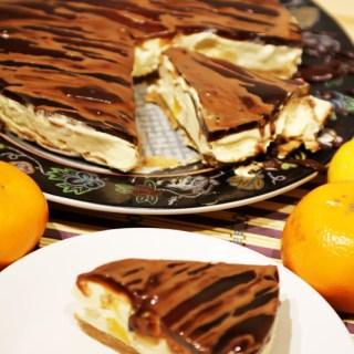 Cheesecake cu caramel. Fructe si jeleu de cafea optionale.