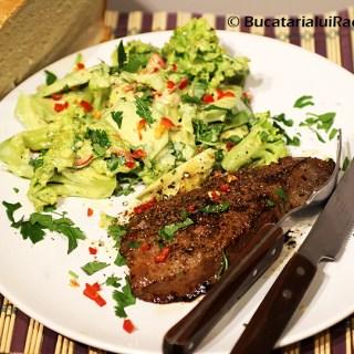 Ficat de porc la tigaie cu salata de broccoli si avocado.