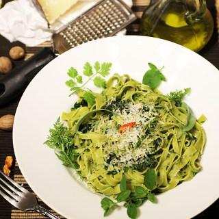 Tagliatelle verzi cu sos verde din verdeata multa. Deci verde.