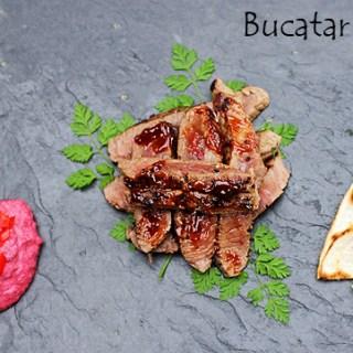 Steak, salata cu sos Caesar, sfecla rosie cu hrean si chips tortilla.