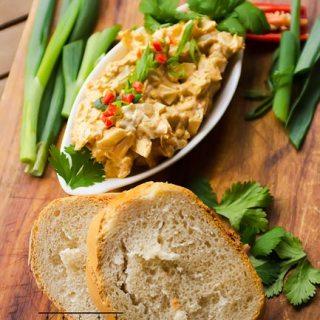 Salata de oua fierte cu ceapa verde, paprica si coriandru.