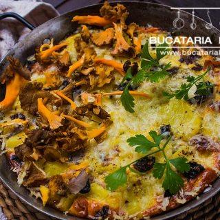 Tortilla spaniola. Omleta spaniola cu ciuperci de padure, bacon si cartofi.