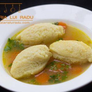 Supa de pui cu galuste de gris cu ou. Traditional. Romanesc.